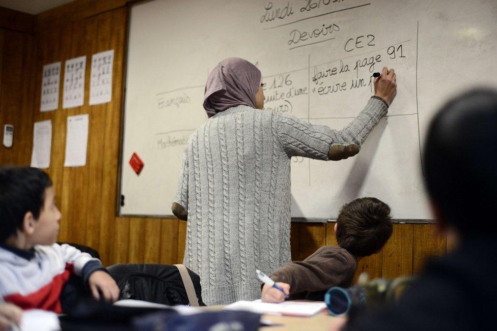معلمة في مدرسة خاصة للمسلمين في منطقة لو ميريل في تولوز، في 23 يناير/كانون الثاني 2015