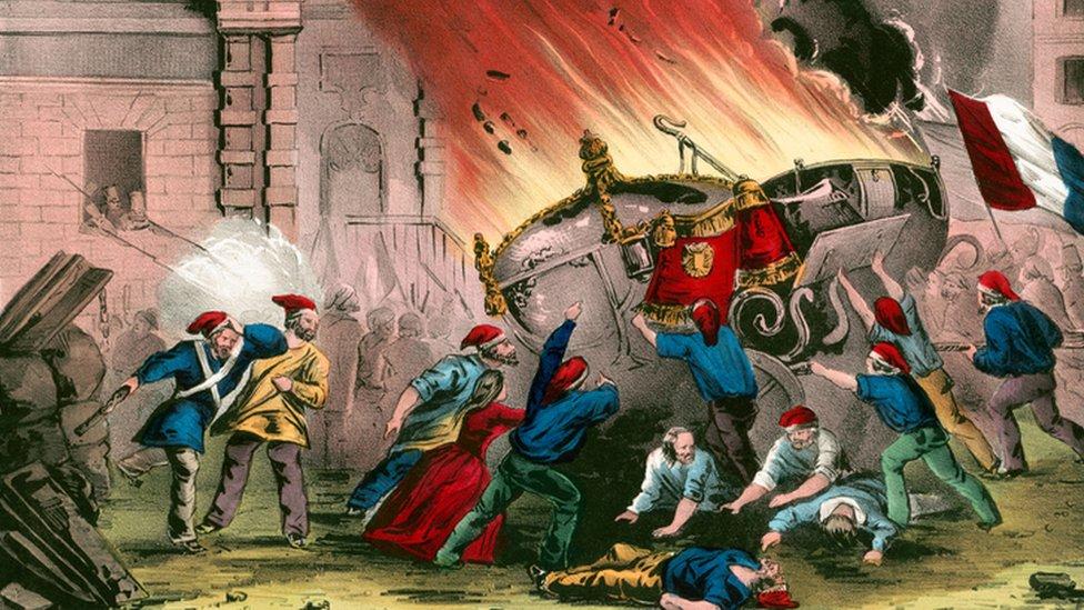 Revolucionarios quemando los carruajes en Chateau d'Eu.