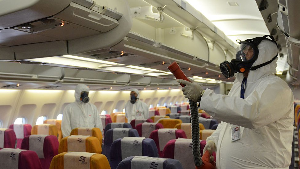 Trabajadores rocían con atomizadores antisépticos como prevención contra el síndrome respiratorio de Medio Oriente (Mers).