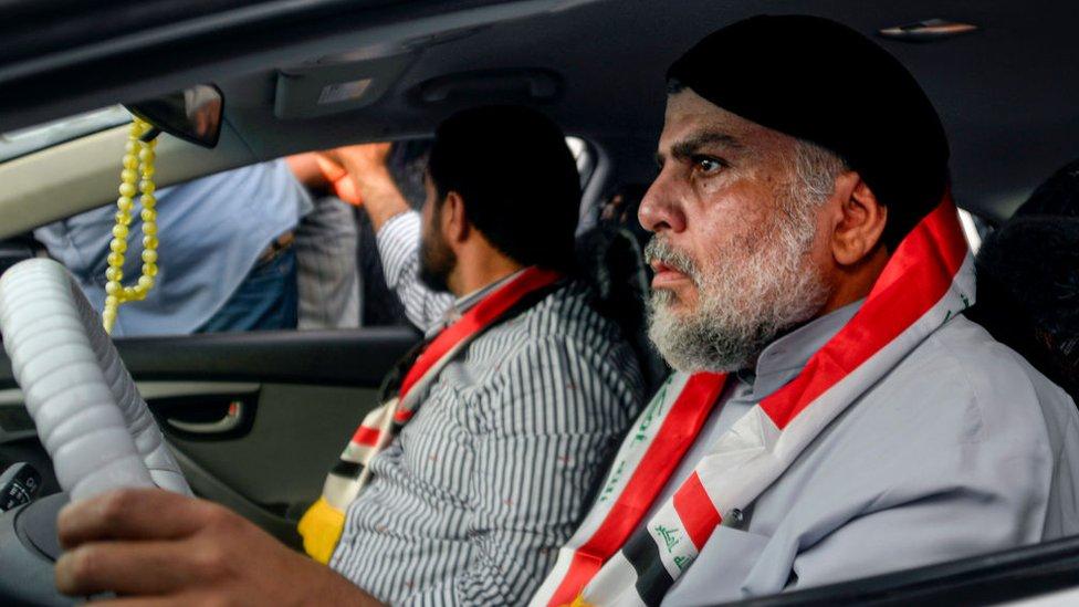 مقتدى الصدر يقود سيارة أثناء المشاركة في تظاهرة مناهضة للحكومة في مدينة النجف في 29 أكتوبر/تشرين الأول 2019