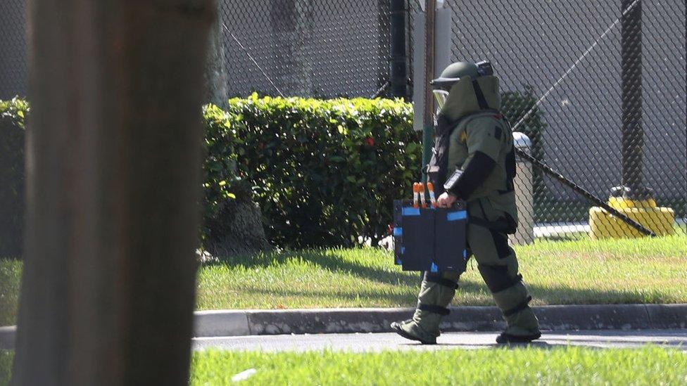 Un miembro de las fuerzas de seguridad de EE.UU. se lleva un artefacto sospechoso.