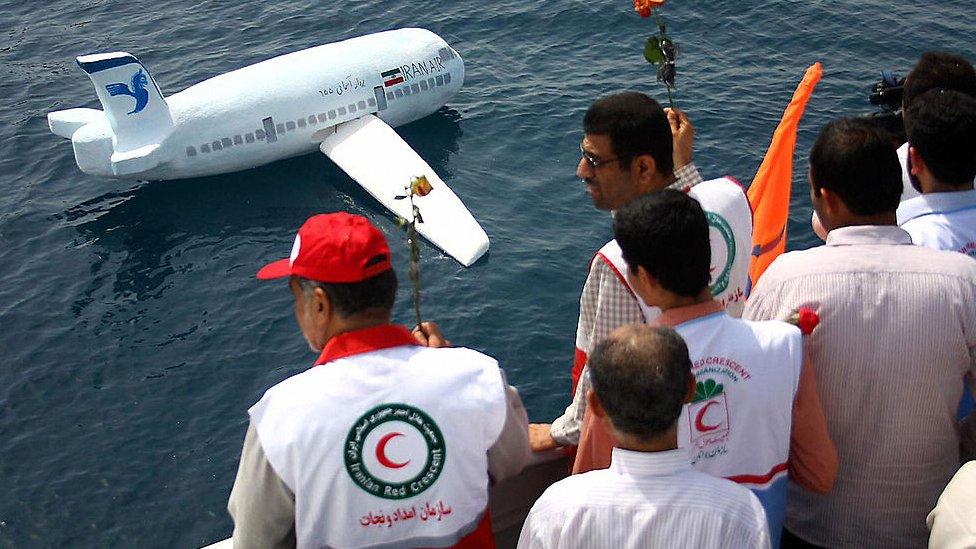 Iraníes homenajean a las víctimas del accidente de 1988.