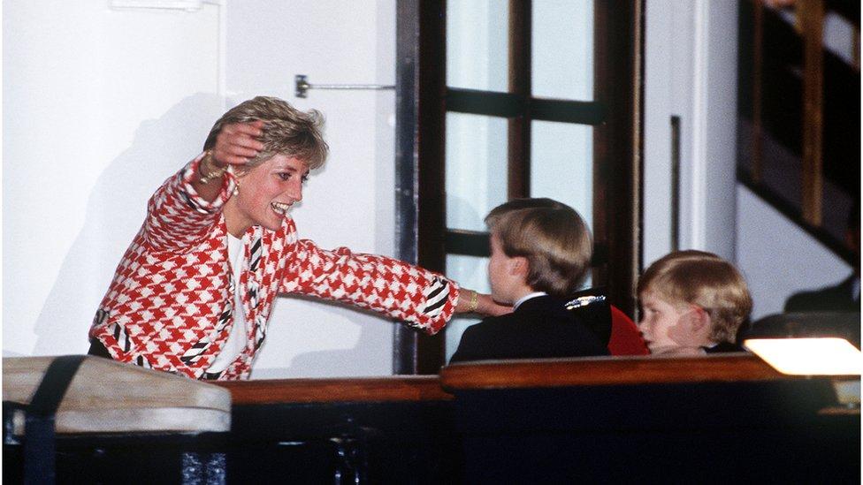 Trenutak iz 1991. godine- princ Hari s bratom i majkom u Torontu