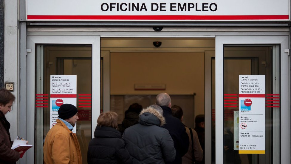 Cola en la oficina de empleo en Madrid en 2012.