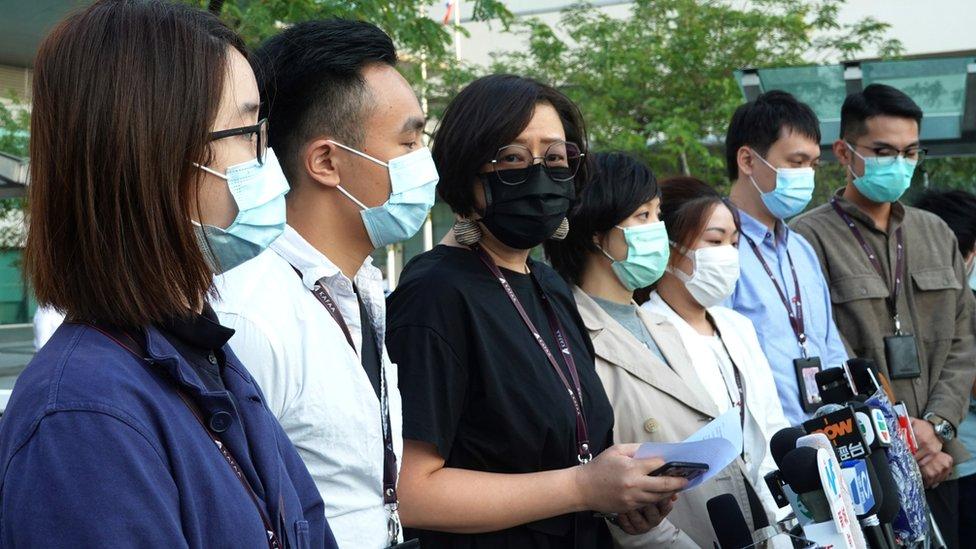 梁佩韻(左三)與工會幹事在國泰航空總部外會見記者(21/10/2020)