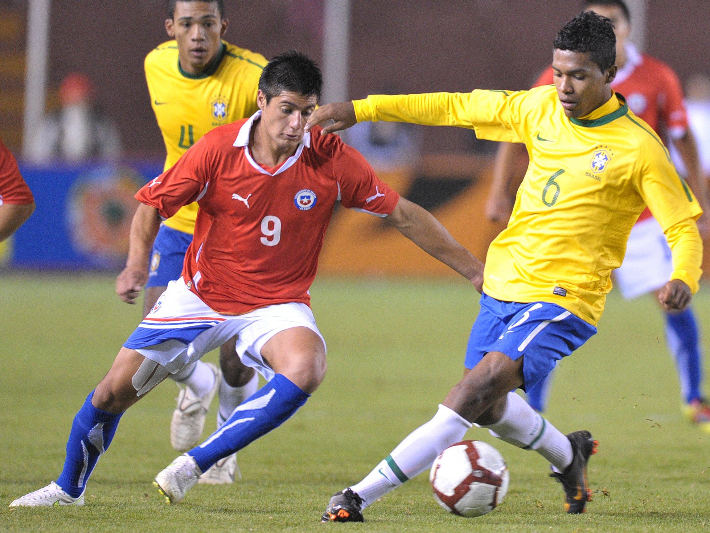 Pinto juega un partido contra Brasil.