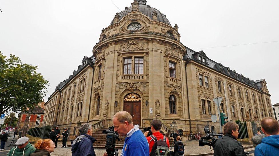 Novinari ispred zgrade suda