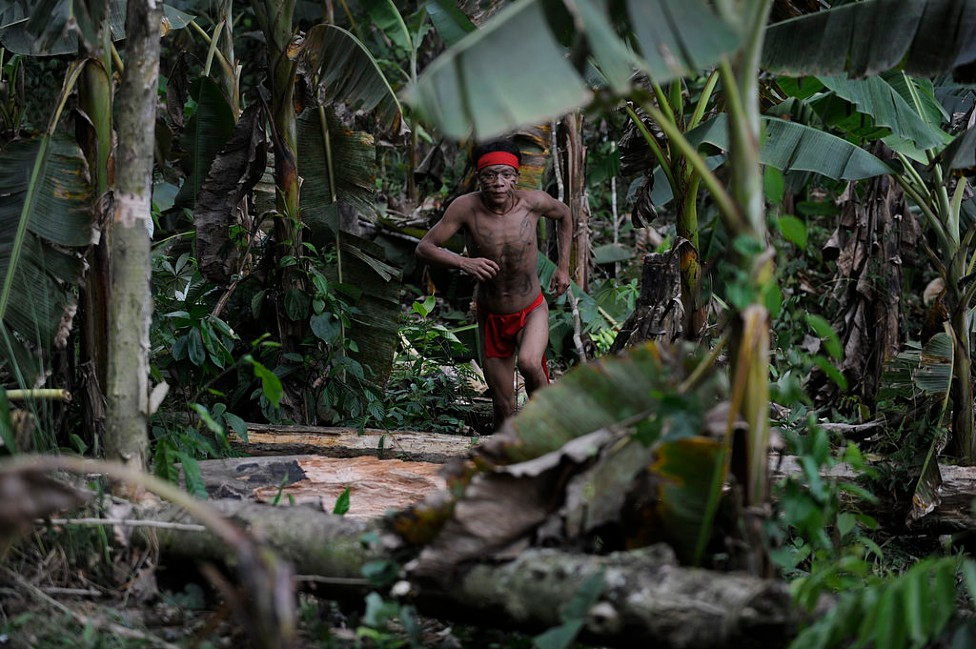 Yanomami corriendo en la selva de Venezuela