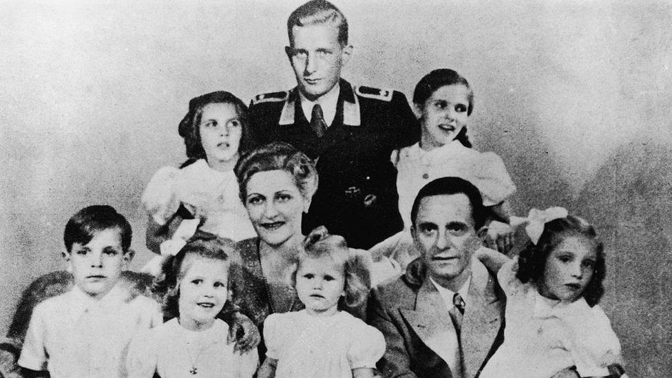 Josep y Magda Goebbels junto a sus seis hijos pequeños acompañaron a Hitler hasta el final y corrieron su misma suerte.