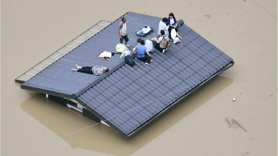 مواطنون ينتظرون الإنقاذ على سطح المنزل والمياه تحيط بهم