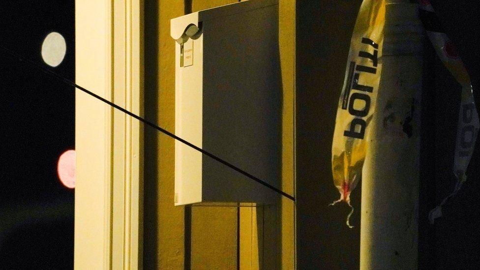 جمعت الشرطة أدلة عدة، منها بعض الأسهم التي أطلقها المهاجم باستخدام النشاب