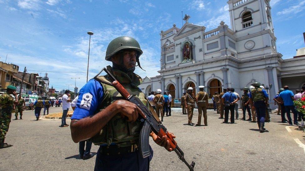 Las fuerzas de seguridad de la isla acordonan el área alrededor del santuario de San Antonio en la capital, Colombo.