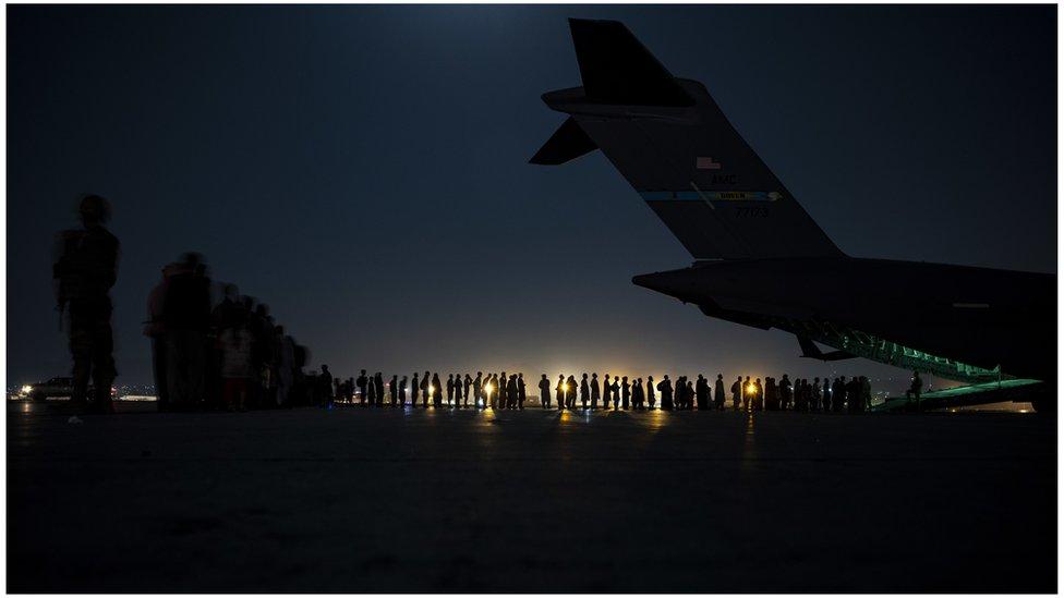Refugiados afganos haciendo fila en el aeropuerto de Kabul.