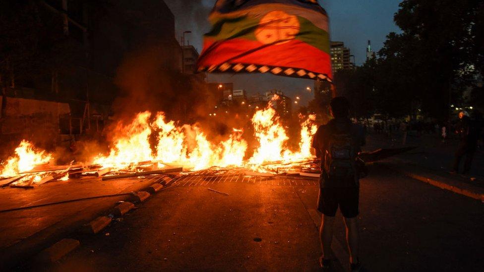 En algunas partes de Santiago se montaron e incendiaron barricadas en mitad de las vías.