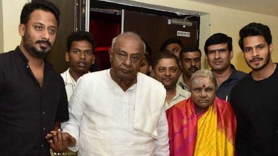 एचडी देवगौड़ा और पोते पर ख़बर प्रकाशित करने पर संपादक पर मुक़दमा - पाँच बड़ी ख़बरें