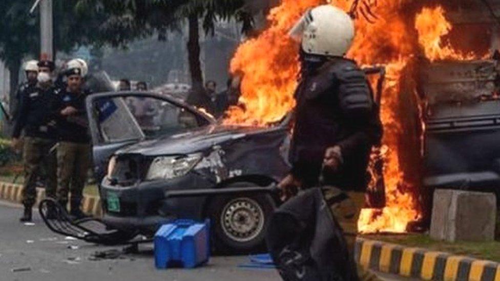 पाकिस्तानः लाहौर के अस्पताल पर वकीलों ने क्यों किया हमला?- पांच बड़ी ख़बरें