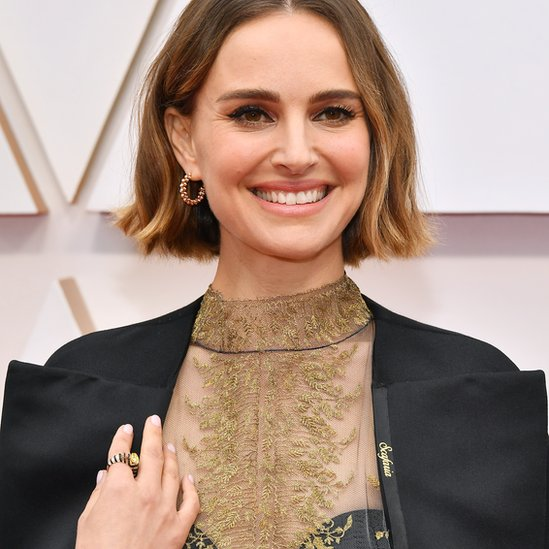 Natalie Portman llevó una capa con nombres de directoras cosidas a la solapa.
