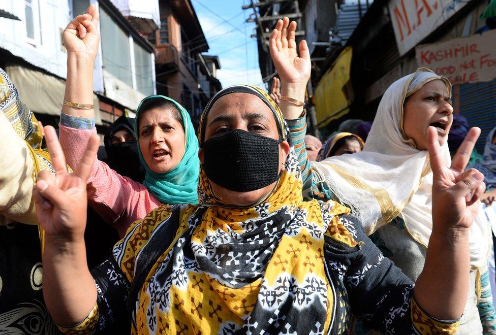 كشميريات يتظاهرن ضد الإدارة الهندية في الولاية