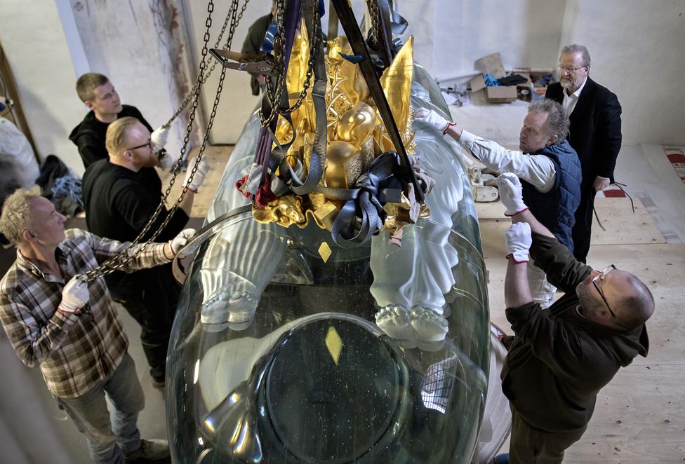 Armado del Sarkofag en la catedral Roskilde de Dinamarca.