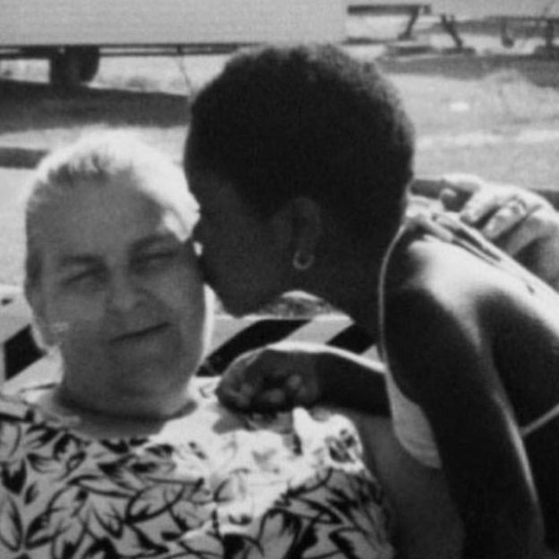 جينا آتينوك نايت مع أمها بالتبني.