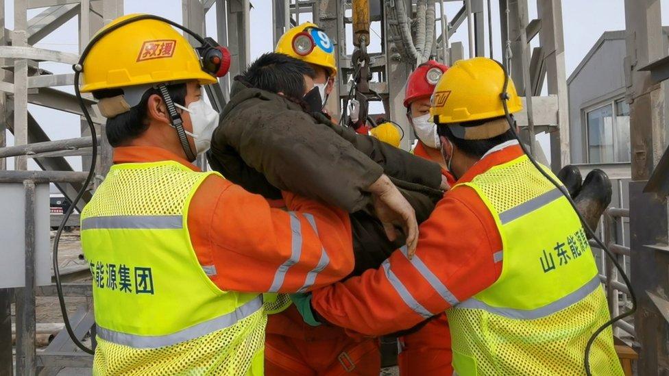 Авария на шахте в Китае: спасли уже 11 горняков после двух недель под землей