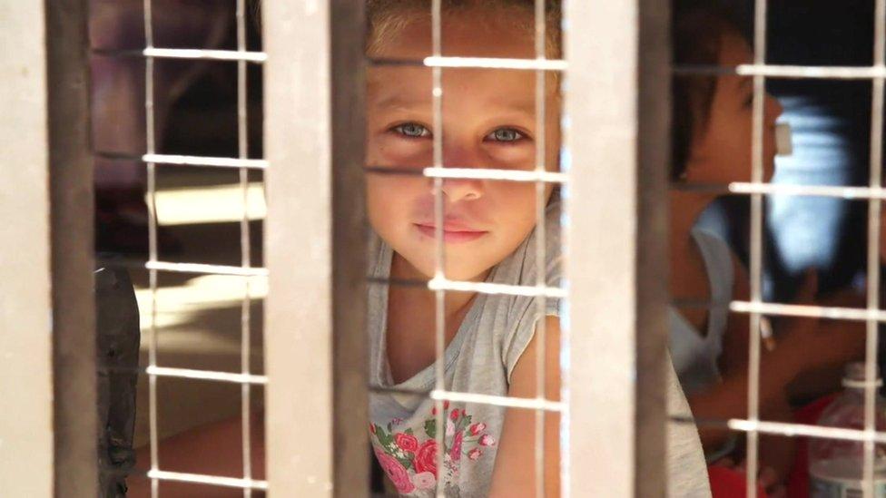 Una niña migrante