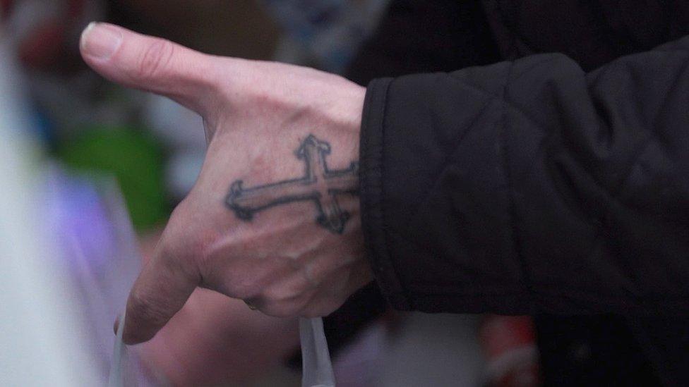 Foto del tatuaje de la mano de Fleming.
