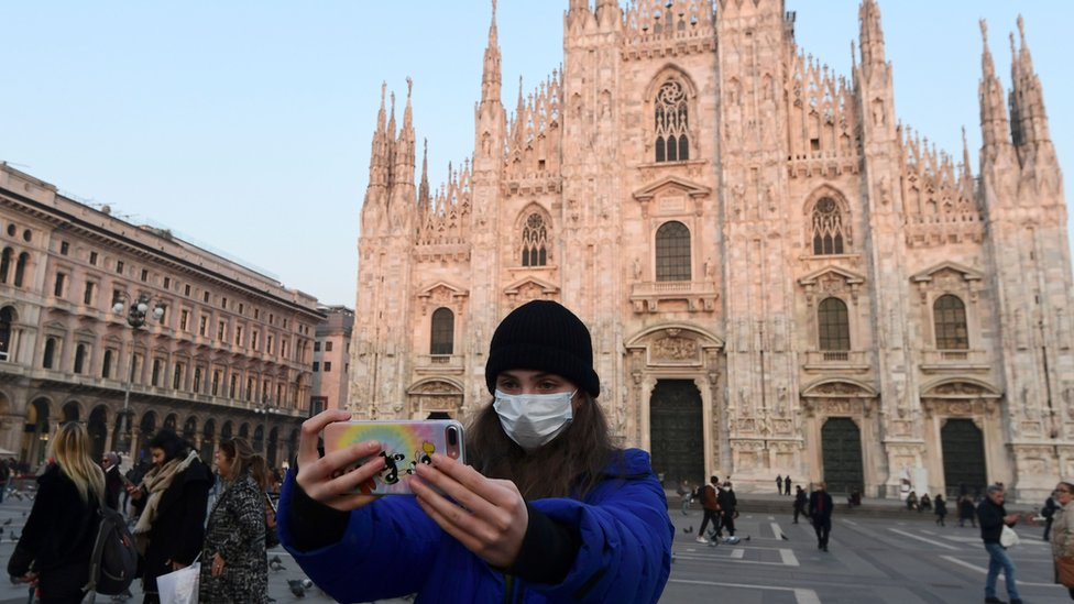 Devojka sa maskom ispred milanskog Duoma