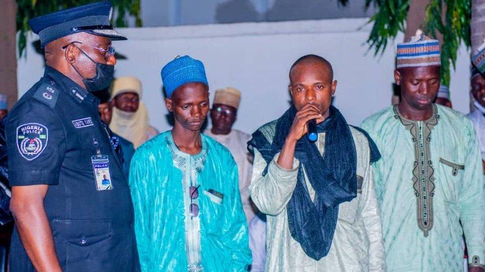 Auwalu Daudawa (con micrófono) y otros miembros de su banda