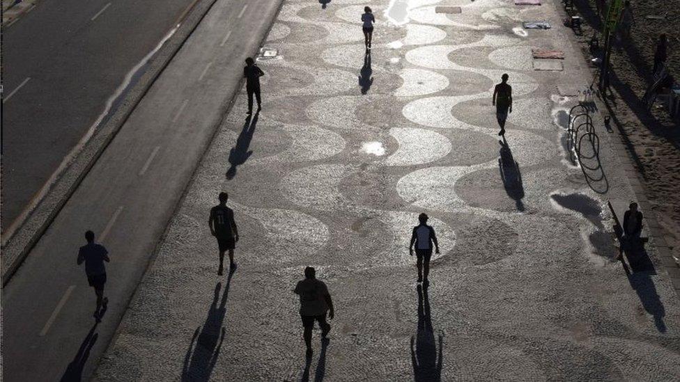 Pessoas caminhando no Rio