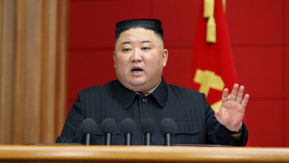 زعيم كوريا الشمالية كيم جونغ أون يلقي كلمة في بيونغ يانغ، كوريا الشمالية. هذه الصورة غير المؤرخة لكنها صدرت في 7 مارس/آذار 2021 عن وكالة الأنباء المركزية الكورية الشمالية.