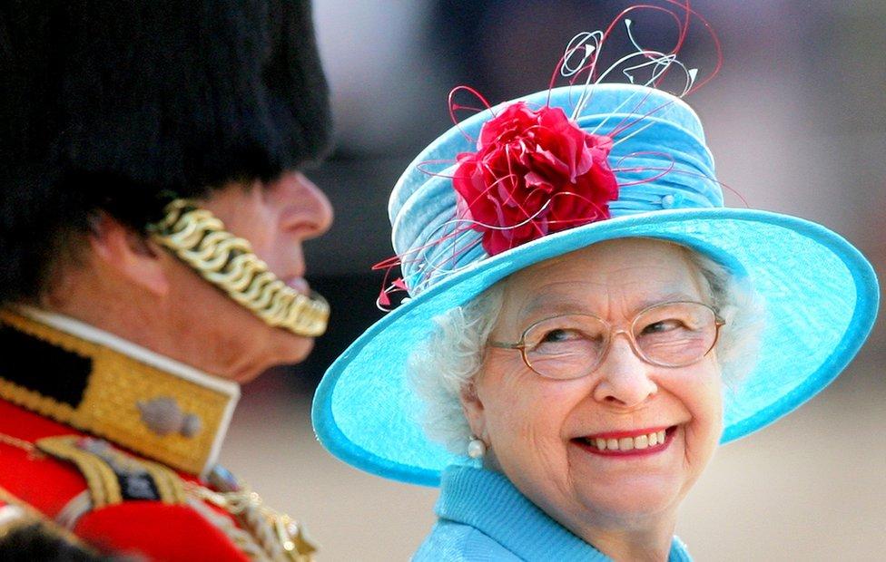 Reina Isabel II y el príncipe Felipe durante un desfile en 2009.