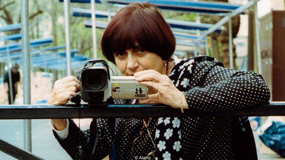 La cineasta Agnès Varda, sosteniendo una cámara de video