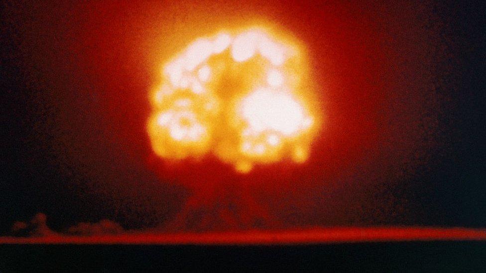 """Gadget"", la primera bomba atómica explota en Alamogordo, Nuevo México, el 16 de julio de 1945."
