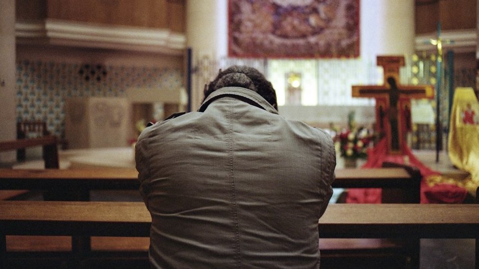 Sunny en una iglesia orando