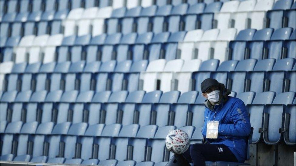 9 Ocak'ta oynanan Queens Park Rangers ile Fulham maçı öncesinde tribünde oturan bir görevli.