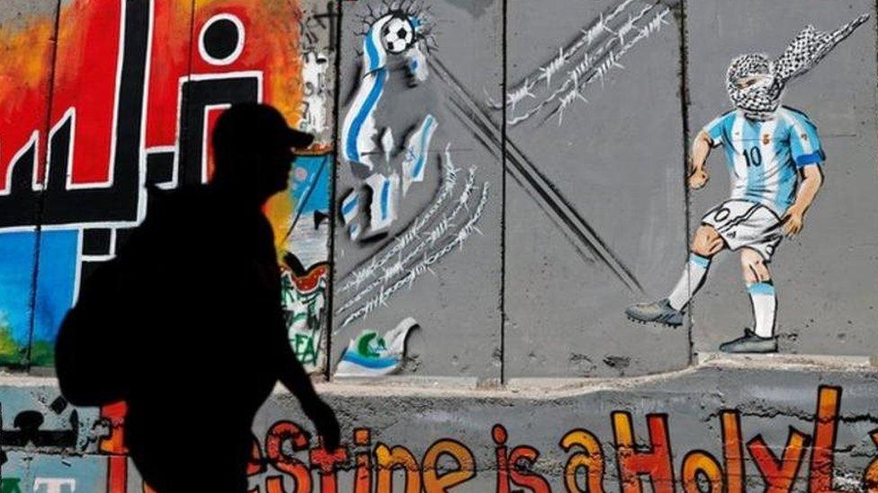 رُسم ليونيل ميسي في لوحة على جدار الفصل الإسرائيلي بمدينة بيت لحم وهو يركل كرة تسهدف العلم الإسرائيلي وتمزقه