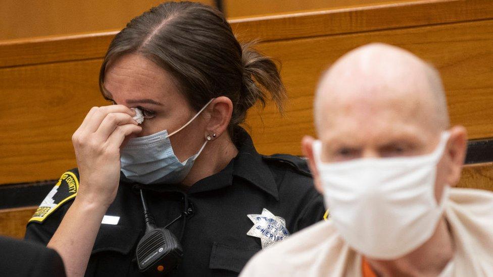 Una policía de Sacramento llora al escuchar los testimonios de las víctimas de DeAngelo.