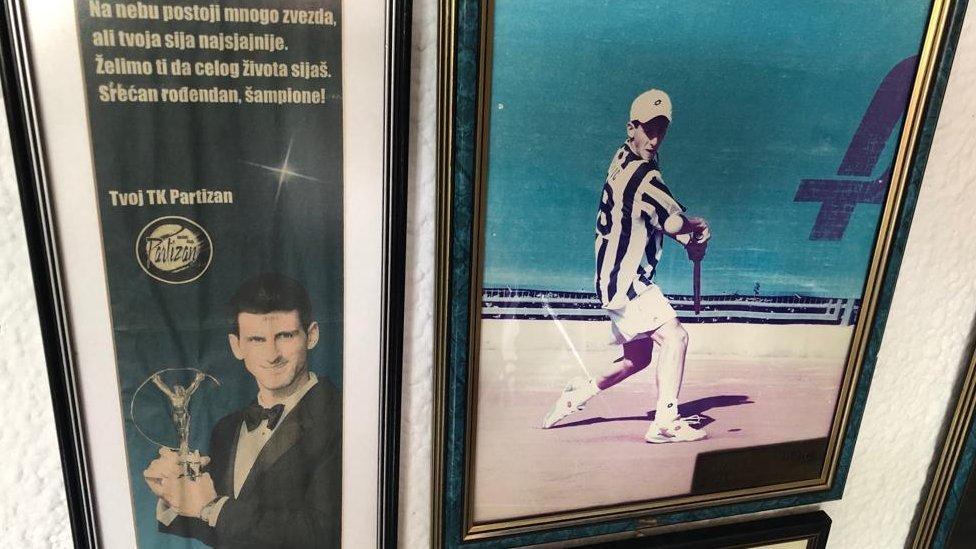 Foto de Novak Djokovic de joven entrenando en el Partizan Belgrade Tennis Club.