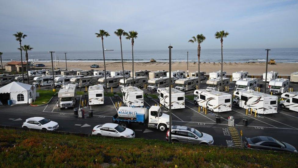 Autocaravanas aparcadas delante de la playa en Los Ángeles