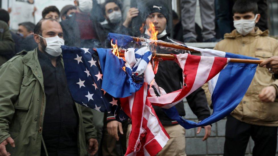 Manifestantes iraníes queman las banderas de Israel y Estados Unidos