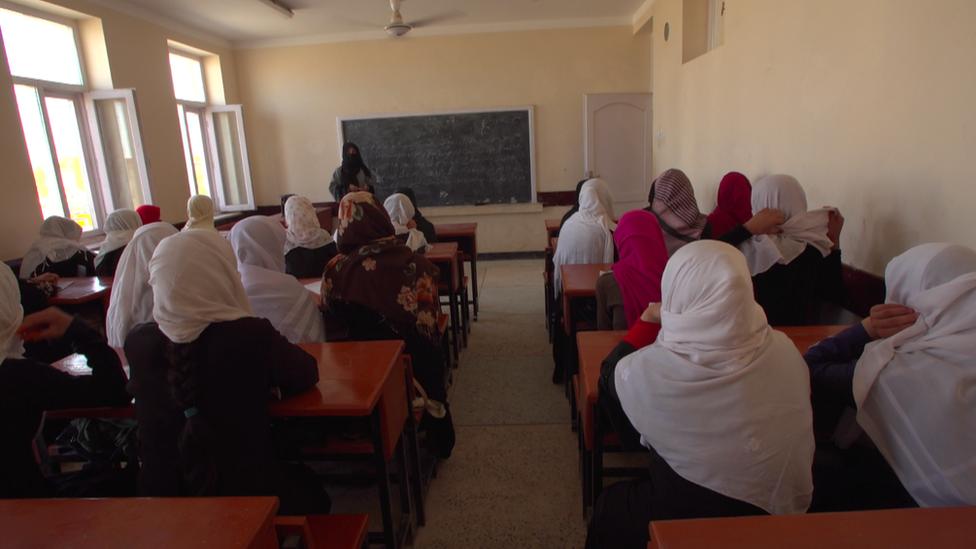 Niñas en una clase en una región controlada por el Talibán