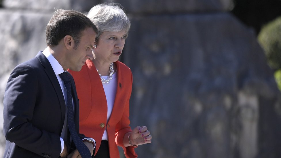 Emmanuel Macron (L) and British Prime Minister Theresa May (R) leave a family picture during the European Union's (EU) Informal Heads of State Summit in Salzburg, Austria, 20 September 2018