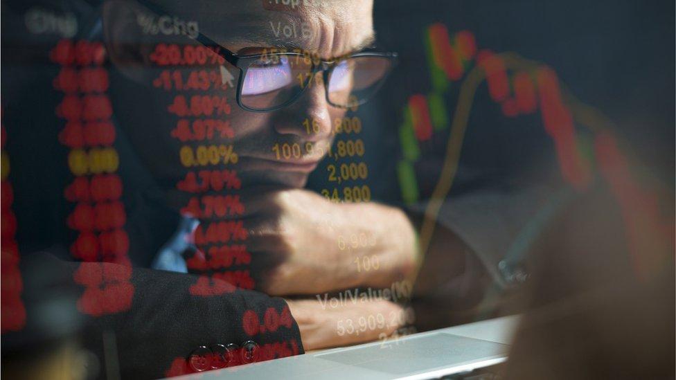 Inversor frente a la pantalla.