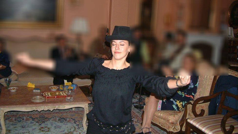 Feranak Amidi baila durante una fiesta en Irán.