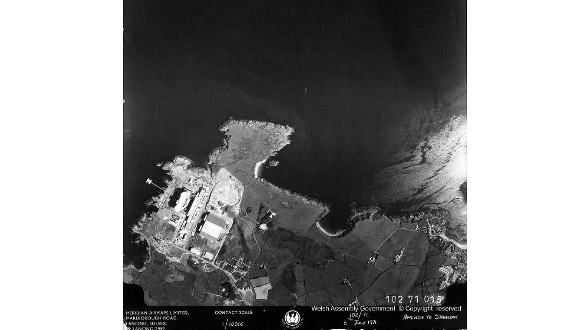 Golwg o'r awyr ar y safle yng ngogledd ddwyrain Ynys Môn // An official birds' eye view of the site almost on the north east tip of Anglesey