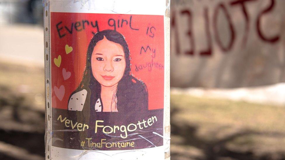 Un cartel conmemora a Tina Fontaine, una joven indígena que fue asesinada en 2014