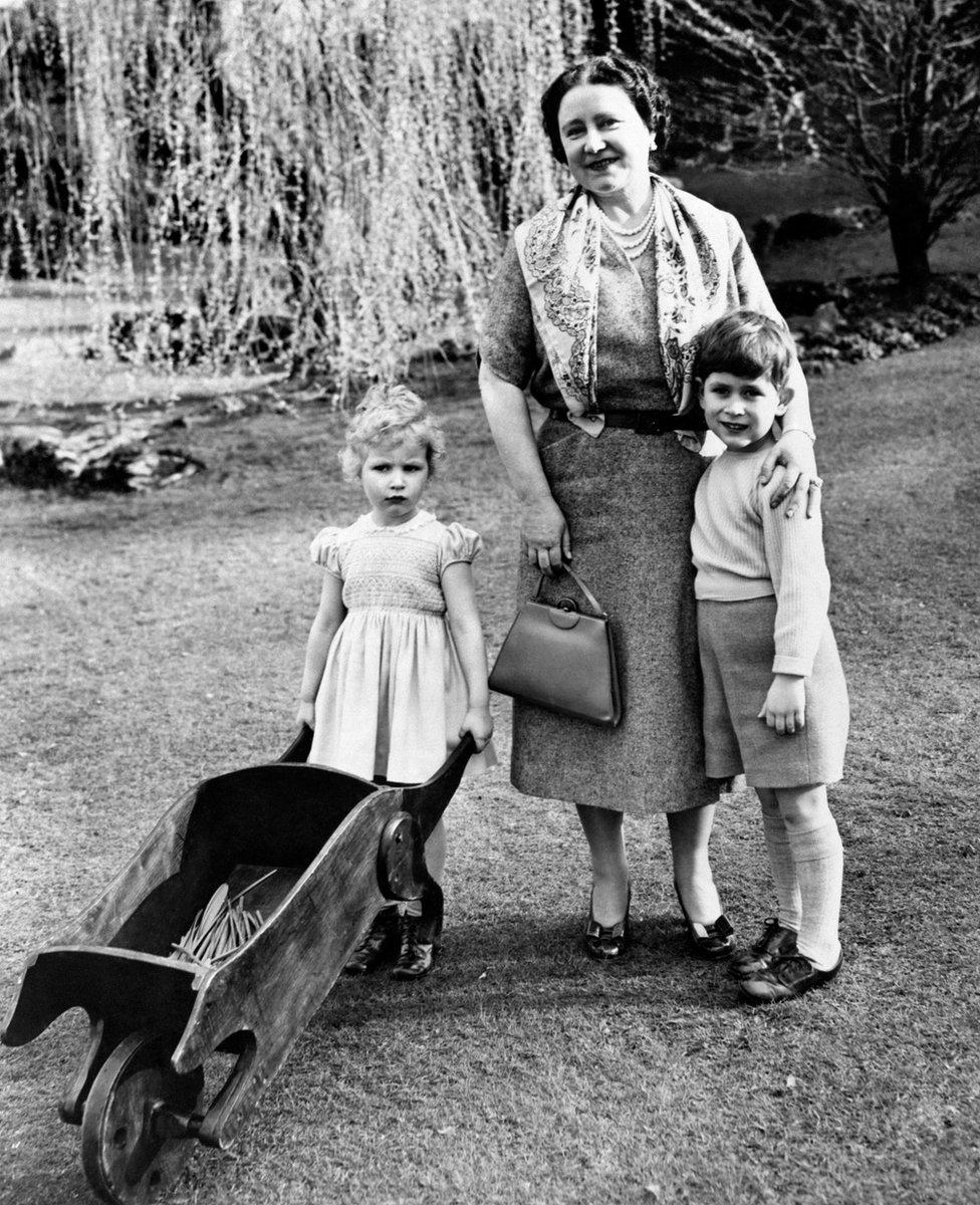 Princeza Ana i princ Čarlsa sa kraljicom-majkom Elizabetom