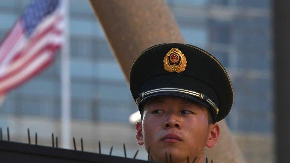 Un agente de seguridad chino, junto a la embajada de EE.UU. en Pekín.