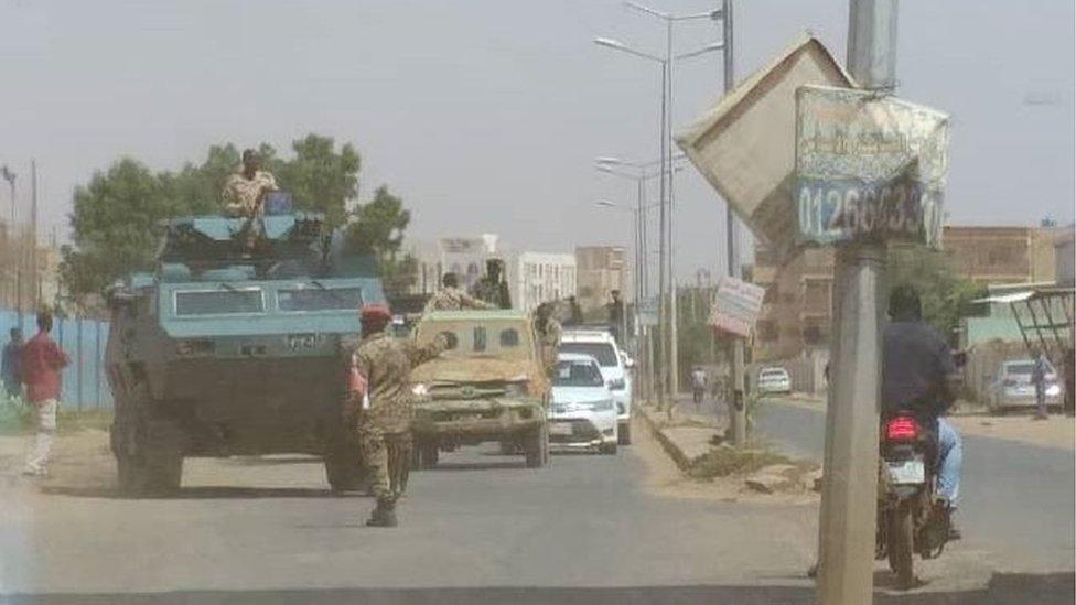 جنود سودانيون يقطعون الطريق لاتخاذ الاحتياطات اللازمة بعد محاولة انقلاب فاشلة في العاصمة السودانية الخرطوم